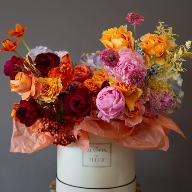 The Smell of Autumn - Round box with peonies, red and coral roses